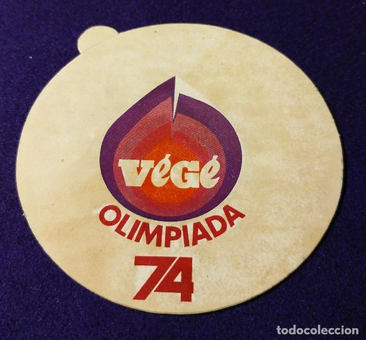 ANTIGUA PEGATINA DE LAS OLIMPIADAS 74. DEPORTE. OLIMPIADA. VEGE. (Coleccionismo Deportivo - Merchandising y Mascotas - Futbol)
