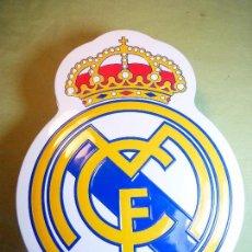 Coleccionismo deportivo: CAJA BOMBONES ESCUDO REAL MADRID. PRODUCTO OFICIAL. SIN BOMBONES. Lote 93682535