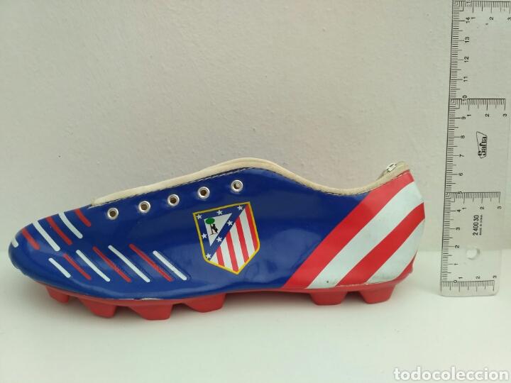 ESTUCHE EN FORMA DE BOTA DE FÚTBOL ATLÉTICO DE MADRID (Coleccionismo Deportivo - Merchandising y Mascotas - Futbol)
