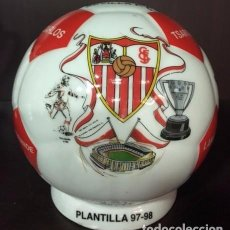 Coleccionismo deportivo: HUCHA BALON DEL SEVILLA F.C, PLANTILLA AÑO 97-98 PORCELANA 14 CMS DE DIAMETRO (UNICO). Lote 99886675