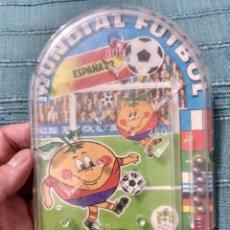 Coleccionismo deportivo: MUNDIAL 82 ESPAÑA NARANJITO PIN BALL BILLARIN. Lote 102382735