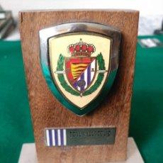 Coleccionismo deportivo: PISAPAPELES DE MADERA Y METAL CON EL ESCUDO DEL REAL VALLADOLID . Lote 103753391