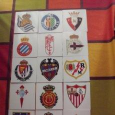 Coleccionismo deportivo: 15 ESCUDOS DE DIFERENTES EQUIPOS EN PLÁSTICO DURO.. Lote 103990511