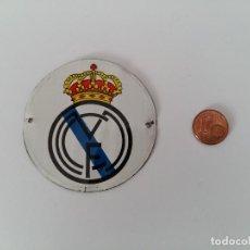 Coleccionismo deportivo: ANTIGUA CHAPA METÁLICA REAL MADRID - ESCUDO ANTIGUO. Lote 107308547