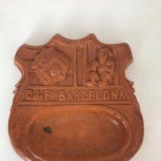 Coleccionismo deportivo: CENICERO DE GRAN TAMAÑO DE TERRACOTA DEL CLUB DE FÚTBOL BARCELONA 1960'S.. Lote 108988627