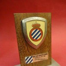 Coleccionismo deportivo: RCD ESPAÑOL. ANTIGUO ESCUDO DE SOBREMESA. AÑOS 1970S. BASE METÁLICA. 12 CTMS ALTURA. Lote 109327987