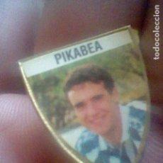 Coleccionismo deportivo: PIKABEA PIN FUTBOL REAL SOCIEDAD . Lote 111235859