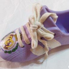 Coleccionismo deportivo: REAL MADRID BOTA DE CERÁMICA BARRO COLOR MALVA CON CORDÓN. Lote 112243831