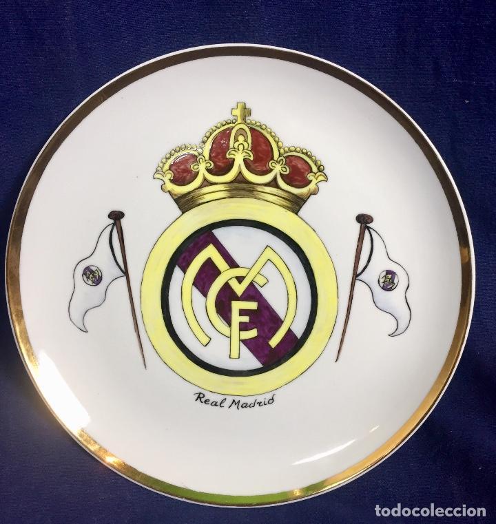 PLATO PORCELANA FUTBOL CLUB PINTADO A MANO DORADO REAL MADRID NO MARCAS MITAD S XX 23,5CMS (Coleccionismo Deportivo - Merchandising y Mascotas - Futbol)