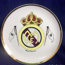Coleccionismo deportivo: PLATO PORCELANA FUTBOL CLUB PINTADO A MANO DORADO REAL MADRID NO MARCAS MITAD S XX 23,5CMS. Lote 112556867