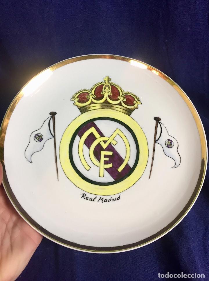 Coleccionismo deportivo: plato porcelana futbol club pintado a mano dorado real madrid no marcas mitad s XX 23,5cms - Foto 2 - 112556867