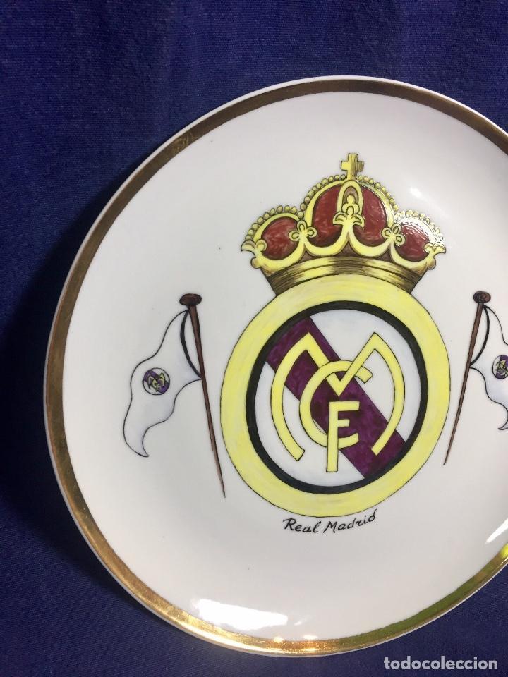Coleccionismo deportivo: plato porcelana futbol club pintado a mano dorado real madrid no marcas mitad s XX 23,5cms - Foto 3 - 112556867