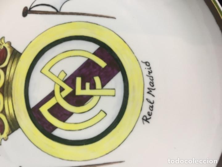 Coleccionismo deportivo: plato porcelana futbol club pintado a mano dorado real madrid no marcas mitad s XX 23,5cms - Foto 4 - 112556867