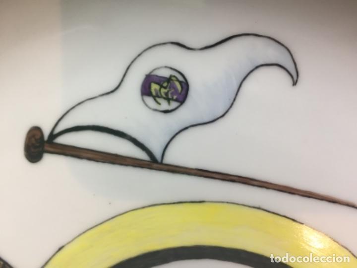 Coleccionismo deportivo: plato porcelana futbol club pintado a mano dorado real madrid no marcas mitad s XX 23,5cms - Foto 5 - 112556867