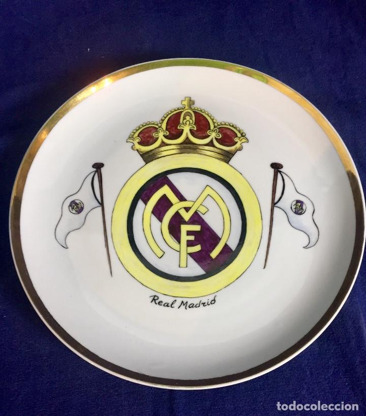 Coleccionismo deportivo: plato porcelana futbol club pintado a mano dorado real madrid no marcas mitad s XX 23,5cms - Foto 7 - 112556867
