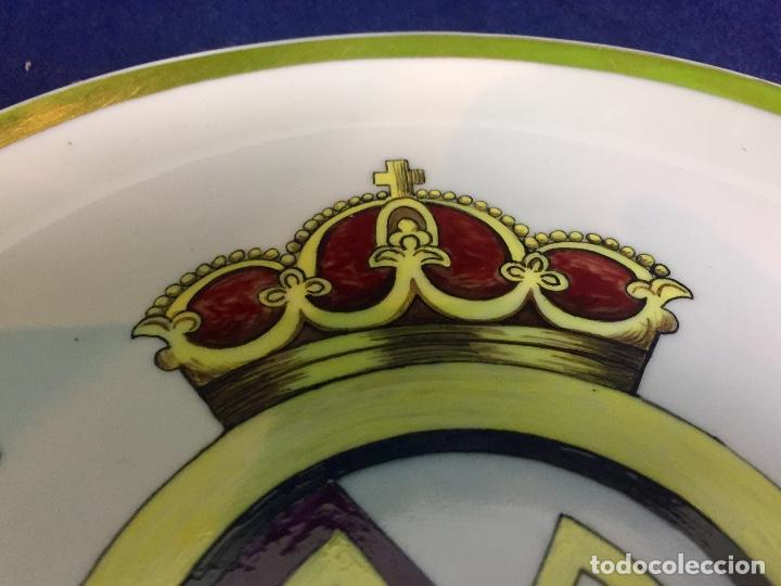 Coleccionismo deportivo: plato porcelana futbol club pintado a mano dorado real madrid no marcas mitad s XX 23,5cms - Foto 9 - 112556867