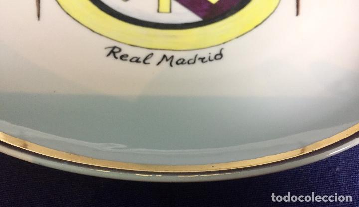 Coleccionismo deportivo: plato porcelana futbol club pintado a mano dorado real madrid no marcas mitad s XX 23,5cms - Foto 10 - 112556867