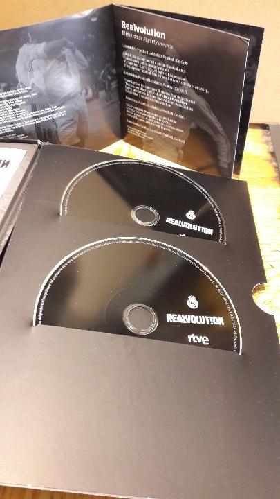 Coleccionismo deportivo: REALVOLUTION / CD + DVD + CHAPAS + ADHESIVOS + FOTO-LIBRO / PRECINTADO / LEER. - Foto 2 - 184259713