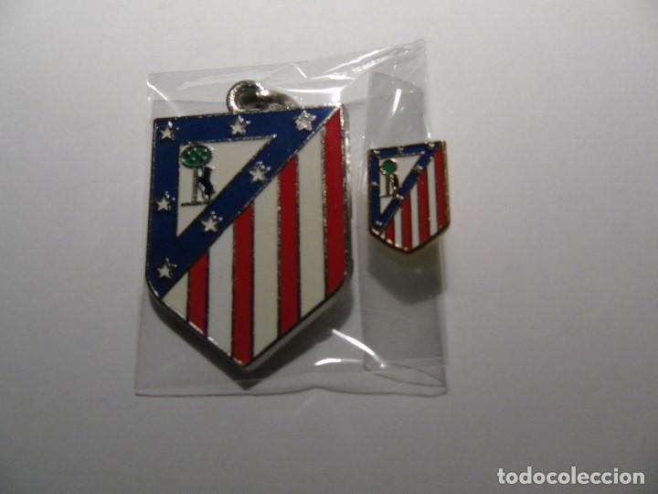 LOTE COMPUESTO POR LLAVERO Y PIN DEL ATLETICO DE MADRID (Coleccionismo Deportivo - Merchandising y Mascotas - Futbol)