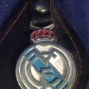 Coleccionismo deportivo: LLAVERO REAL MADRID CLUB DE FUTBOL METAL POLICROMADO BLANCO AZUL ROJO SKAI AÑOS 60 13CMS. Lote 115006139