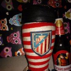 Coleccionismo deportivo: ANTIGUA BOTA FUNDA BOTELLA DEL ATLÉTICO DE MADRID CON COLORES ORIGINALES Y ESCUDO . Lote 116118455