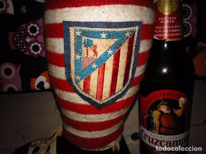 Coleccionismo deportivo: Antigua Bota Funda Botella del Atlético de Madrid con colores originales y escudo - Foto 2 - 116118455