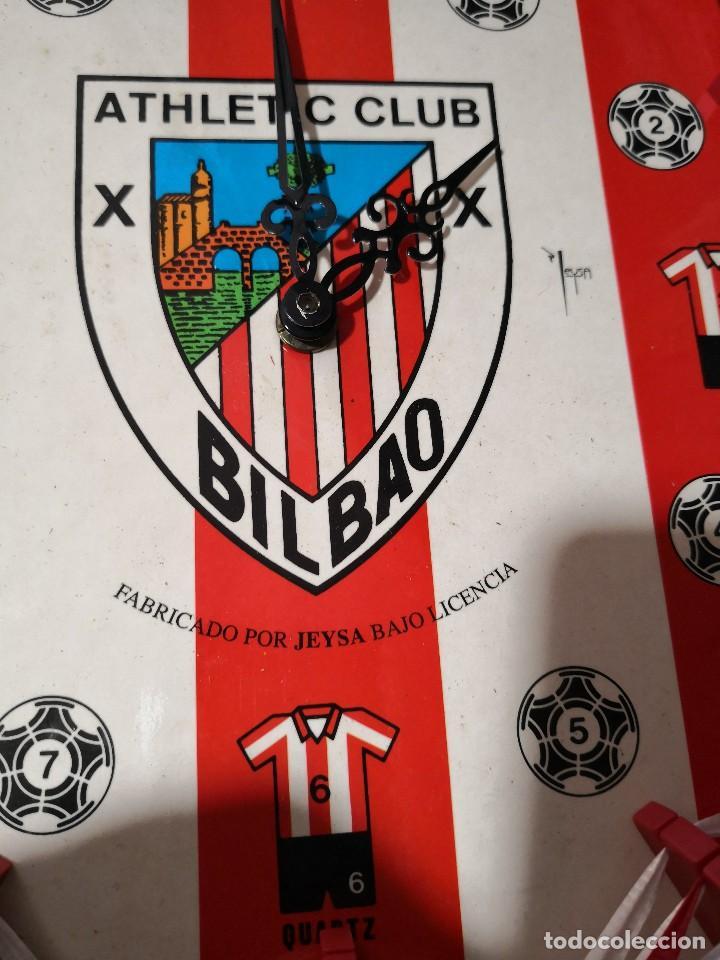 Coleccionismo deportivo: Precioso y dificil reloj de pared del ATHLETIC CLUB DE BILBAO METAL, PLASTICO Y CINTA - Foto 2 - 119596587