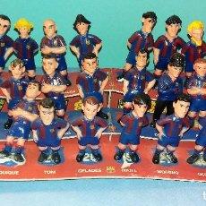 Coleccionismo deportivo: PLANTILLA COMPLETA FUTBOL CLUB BARCELONA BARÇA FIGURAS DE GOMA CON EXPOSITOR TEMPORADA 95/96. Lote 120322263