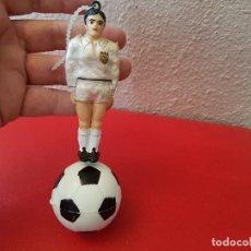Coleccionismo deportivo: ANTIGUA FIGURA PVC FUTBOLISTA VALENCIA FUTBOL AMBIENTADOR COCHE AÑOS 60 DECORACION COLGANTE VINTAGE. Lote 120615235