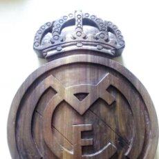 Coleccionismo deportivo: ESCUDO DEL REAL MADRID C.F. TALLADO ARTESANALMENTE EN MADERA DE NOGAL DE 40 CMS.. Lote 122130111