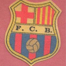 Coleccionismo deportivo: ANTIGUO ESCUDO DEL BARÇA, DE PAPEL FIELTRO, F.C.B. VER FOTOS. Lote 127247431