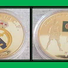 Coleccionismo deportivo: MEDALLA CONMEMORATIVA / REAL MADRID / CRISTIANO RONALDO / CHAPADA EN ORO Y COLOREADA / 40MM. Lote 190605090