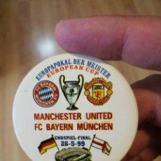 Coleccionismo deportivo: CHAPA ÉPICA FINAL COPA EUROPA CHAMPIONS 1999 MANCHESTER UNITED BAYERN MUNICH EN EL CAMP NOU . 6 CM .. Lote 130250828