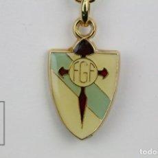 Coleccionismo deportivo: LLAVERO DE FÚTBOL ESMALTADO - FEDERACIÓN GALLEGA DE FÚTBOL / ESCUDO - AÑOS 80. Lote 131162516