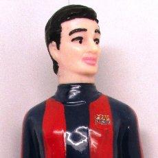 Coleccionismo deportivo: ANTIGUA BOTELLA VACÍA JUGADOR F.C. BARCELONA, BARÇA, BRANDY, DESTILERIAS NOGUERAS COMAS, FÚTBOL. Lote 131334887