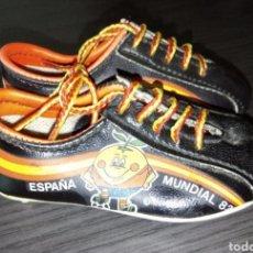Coleccionismo deportivo: ANTIGUO COLGANTE BOTAS MUNDIAL 82. Lote 223432592