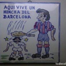 Coleccionismo deportivo: FC BARCELONA BARÇA AZULEJO AQUI VIVE UN HINCHA DEL BARÇA. Lote 134034806