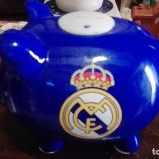 Coleccionismo deportivo: HUCHA DE CERÁMICA. REAL MADRID CLUB DE FÚTBOL. CERDITO.. Lote 134080814