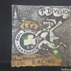Coleccionismo deportivo: ANTIGUO AZULEJO - AQUI VIVE UN HINCHA DEL RACING DE SANTANDER - CAR55. Lote 45731267