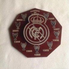 Coleccionismo deportivo: REAL MADRID CF:MADERA CON ESCUDO Y COPAS REAL MADRID CF CAMPEÓN DE EUROPA. Lote 135717823