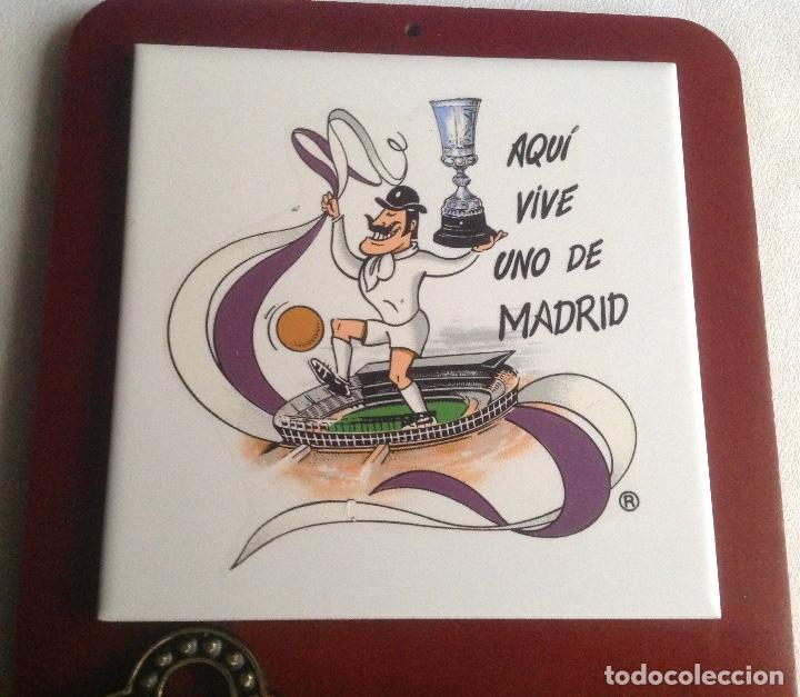 Coleccionismo deportivo: REAL MADRID CF:COLGADOR DE LLAVES CON AZULEJO SOBRE MADERA AQUÍ VIVE UNO DE MADRID - Foto 2 - 135718999