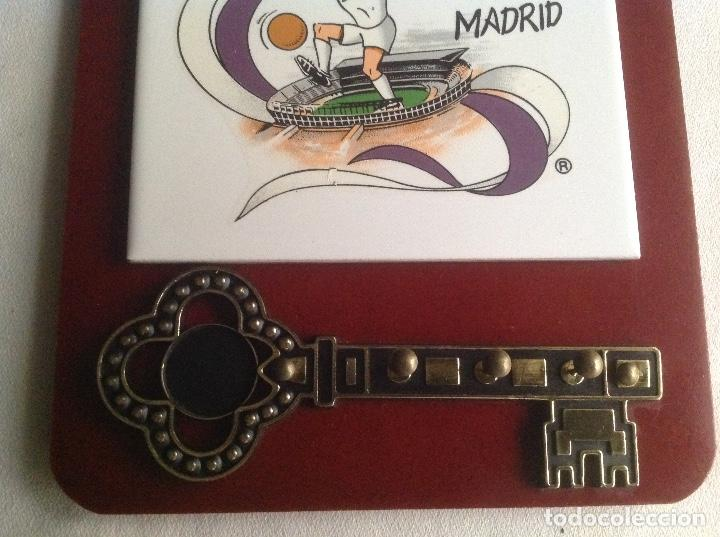 Coleccionismo deportivo: REAL MADRID CF:COLGADOR DE LLAVES CON AZULEJO SOBRE MADERA AQUÍ VIVE UNO DE MADRID - Foto 5 - 135718999