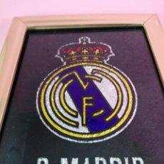 Coleccionismo deportivo: CUADRO-ESCUDO REAL MADRID-MARCO DORADO-NO SÉ TÉCNICA-ANTIGUO-VER FOTOS. Lote 137669946