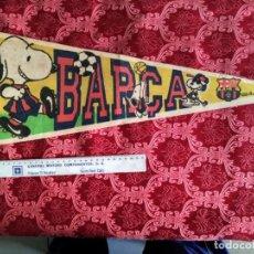 Coleccionismo deportivo: GRAN BANDERIN CLUB DE FUTBOL BARCELONA SNOOPY EN FELPA MIDE 59 CMS. Lote 138645974