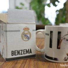 Coleccionismo deportivo: TAZA JARRA DE CERÁMICA. REAL MADRID CLUB DE FÚTBOL. BENZEMA Nº 11. 2009-2010 PRODUCTO OFICIAL.. Lote 138870670