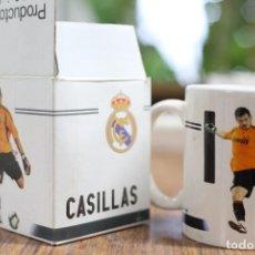 Coleccionismo deportivo: TAZA JARRA DE CERÁMICA. REAL MADRID CLUB DE FÚTBOL. CASILLAS Nº 1. 2009-2010 PRODUCTO OFICIAL.. Lote 138870738