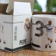Coleccionismo deportivo: TAZA JARRA DE CERÁMICA. REAL MADRID CLUB DE FÚTBOL. PEPE Nº 3. 2009-2010 PRODUCTO OFICIAL.. Lote 138870906