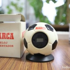 Coleccionismo deportivo: MARCA - RELOJ DESPERTADOR - FORMA BALON DE FUTBOL - CON SU CAJA ORGINAL - DIARIO MARCA. Lote 138907322