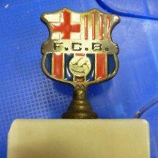 Coleccionismo deportivo: ESCUDO METALICO SOBRE BASE DE MARMOL F.C. BARCELONA CAMPEON LIGA 96-97. Lote 139034270