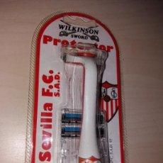 Coleccionismo deportivo: ANTIGUA MAQUINILLA DE AFEITAR WILKINSON SWORD PROTECTOR - SEVILLA F. C. 1995. Lote 142327682